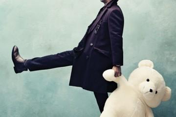 버건디 코트는 에르메스(Hermès),레드 패턴 팬츠는 구찌(Gucci), 머플러는마시모 두띠(Massimo Dutti), 브라운 부츠는토즈(Tod's), 행커치프에 연출한 안경은올리버 골드 스미스(Oliver Goldsmith).