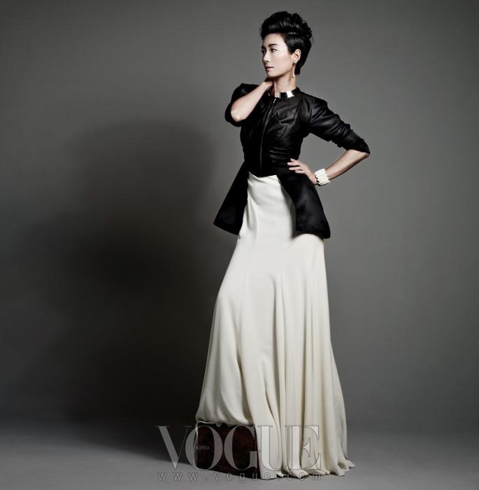 블랙 재킷은 이상봉, 화이트드레스는 랄프 로렌 컬렉션,화이트 뱅글과 이어링,초커는 모두 제이미앤벨.