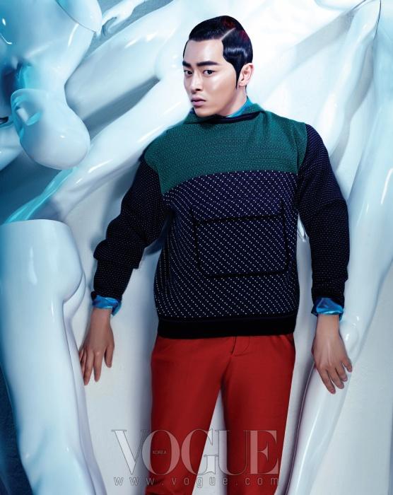 니트 후드 티셔츠는 겐조(at Koonwith a View), 메탈릭한 파란색 셔츠는 H&M,주홍색 팬츠는 구찌.