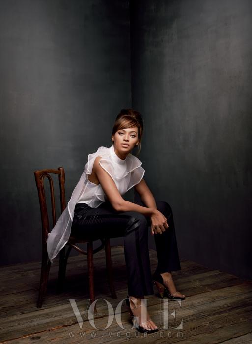 하얀 드레스, 팬츠, 샌들은 모두 지방시(Givenchyby Riccardo Tisci).