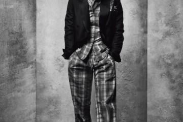 체크무늬 면 파자마는 엠포리오 아르마니언더웨어, 턱시도 재킷과 스터드 장식슬립온은 구찌.