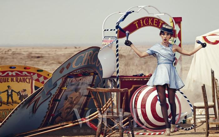 허리가 잘록한 비대칭 플레어 원피스는 디올(Dior), 목걸이는스와로브스키 엘리먼츠(Swarovski Elements), 레이스 장식 밀짚모자는 샤넬(Chanel), 골드 스팽글 부티는 쉐 에보카(Che Evoca).