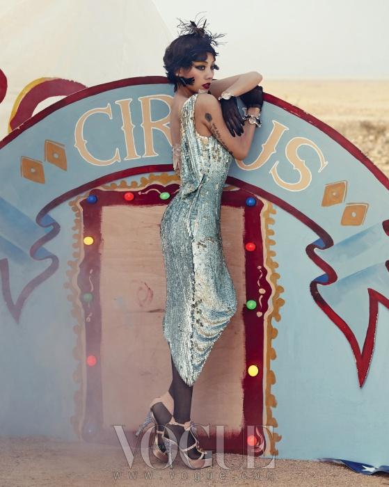 인어 비늘처럼 빛나는 스팽글 드레스는 미스지콜렉션(Miss Gee Collection), 크리스털이 장식된 앵무새펌프스는 왓아이원트(What I Want), 커다란 크리스털이장식된 팔찌들은 미우미우(Miu Miu).