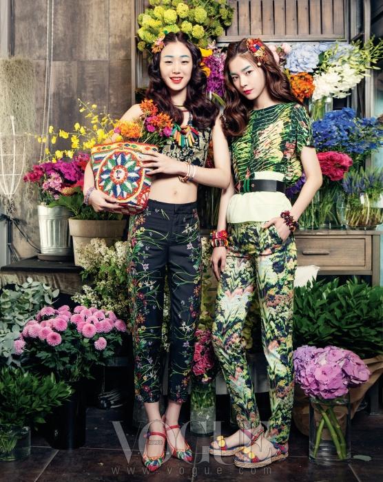 왼쪽 모델이 입은 크롭트 톱은필립 플레인(Pilipp Plein), 잔잔한꽃이 프린트 된 실크 팬츠는구찌(Gucci), 라피아 슈즈와 백은돌체앤가바나(Dolce&Gabbana),컬러풀한 뱅글은 모두 폴리폴리(FolliFollie), 나무 목걸이는제이미앤벨(Jamie&Bell), 니트 소재목걸이는 데이드림 네이션(DaydreamNation at Space Null).오른쪽 모델의 프린트 톱과 팬츠,가죽 벨트는 겐조(Kenzo), 컬러풀한나무 뱅글은 모두 제이미앤벨,머리 장식으로 한 귀고리와 오픈토스트랩 샌들은 돌체앤가바나.
