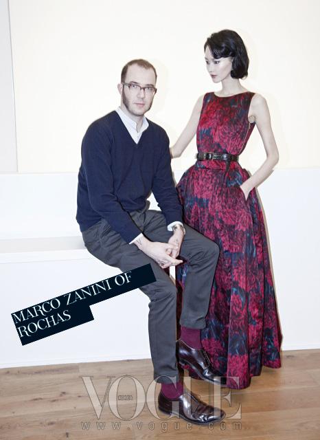 목부터 팔, 손가락까지 이곳 저곳에타투를 한, '록 스피릿' 충만한 자니니와 커다란국화꽃 프린트 드레스를 입은 모델 이혜정.