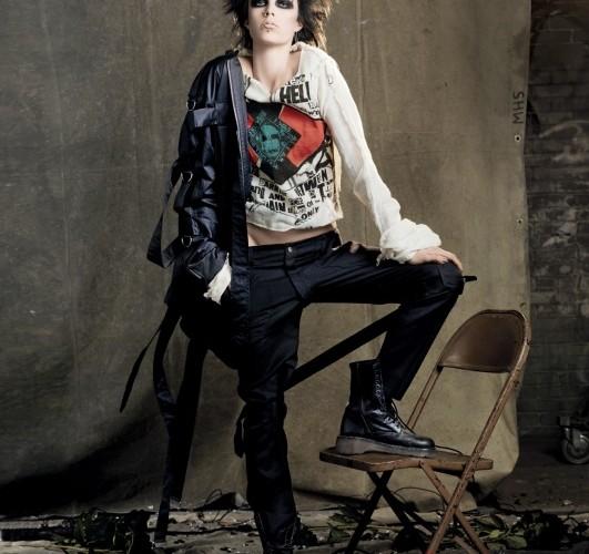 NEVER MIND THE BONDAGE스트랩과 지퍼가 달린 솔기들이 특징인,'섹스 피스톨스'의 매니저 말콤 맥라렌과비비안 웨스트우드가 디자인한 1976년 본디지수트는 펑크 운동의 탄생에 도움이 되었다.무슬린 톱, 본디지 재킷, 팬츠는 모두비비안 웨스트우드(Vivienne Westwood).