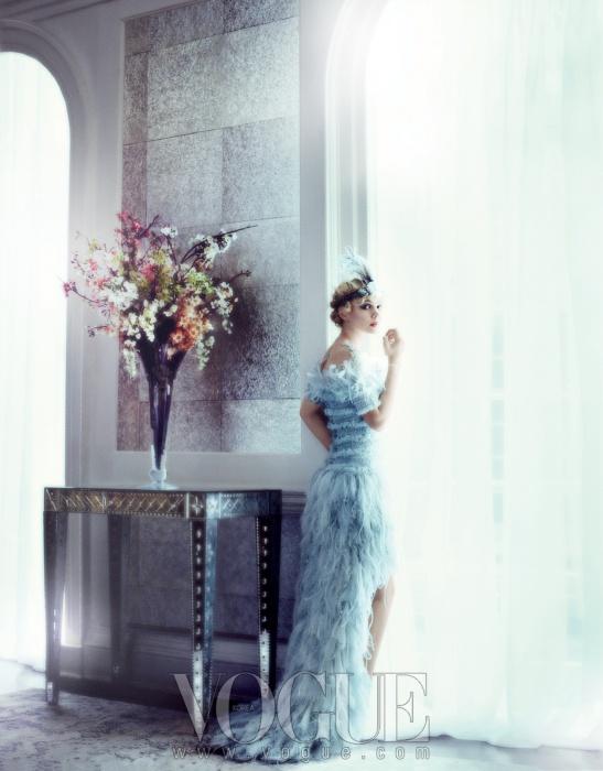 깃털 장식 시폰과 튤 소재 드레스는샤넬 오뜨 꾸뛰르(Chanel HauteCouture), 머리띠는 뉴욕 빈티지(NewYork Vintage).