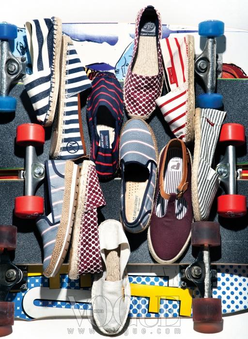 (왼쪽 위부터)두꺼운 화이트&네이비 줄무늬와 맨 아래 화이트 에스파드류는 1789 칼라, 가죽이 덧대진블루 스트라이프 슈즈는 마이클 코어스, 네이비&레드와 화이트&레드 슈즈는 생 제임스(at 플랫폼 플레이스),자주색 도트 패턴의 에스파드류는 토리 버치, 가는 줄무늬 슬립온 슈즈는 반스, 버건디 컬러 가죽스트랩 슈즈는 포인터(at 플랫폼 플레이스), 블루 테이빙과 두꺼운 고무 밑창이 돋보이는 줄무늬 슬립온은내추럴라이저. 알록달록한 그래픽이 돋보이는 보드는 스테레오 스케이트보드.
