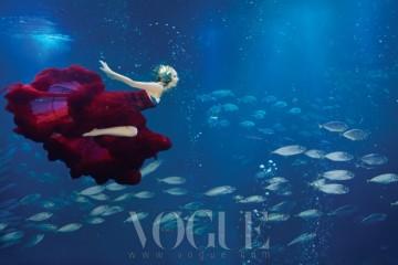 줄무늬 고등어 떼의 은빛 물결에 휘날리는 빨강 시폰 드레스!줄무늬 원피스 수영복은 에잇세컨즈(8seconds), 끝단에 망사로 볼륨감을 준 빨강 튤 드레스는 웨딩 트리(Wedding Tree).