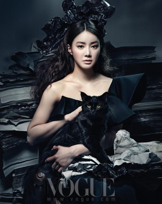 드라마틱한 네크라인의 드레스는미스지 콜렉션(Miss Gee Collection).