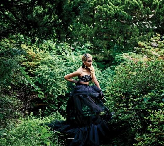 검정 파니에 스커트는 미스지콜렉션(Miss Gee Collection),니트 쇼츠는 프라다(Prada),가죽 메시 워머는 샤넬(Chanel),가죽 초커는 하우앤왓(How&What).