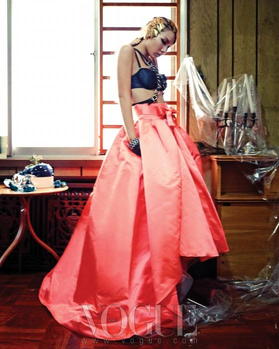 허리의 리본 장식이 돋보이는 비대칭오렌지 풀 스커트는 디올(Dior),가슴 앞부분의 가죽 벨트 장식은 데멘드 데뮤테숑(Demande de Mutation).