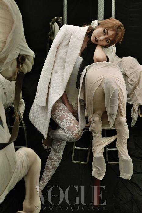 흰색 도트무늬 재킷은 김서룡 옴므(Kimseoyoung Homme), 흰색 레이스 점프수트와 안에 입은 보디수트는 아메리칸 어패럴(American Apparel), 스터드 장식 슈즈는 체사레 파초티(Cesare Paciotti).