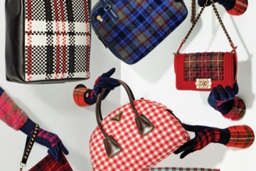 (왼쪽 위부터 시계 방향으로)빨강, 검정, 흰색 가죽 스트랩으로 체크무늬를 표현한 쇼퍼백은 셀린(Céline). 파랑 마드라스체크 토트백은 마크 바이 마크 제이콥스(Marc by Marc Jacobs). 스코틀랜드풍 타탄체크 숄더백은 샤넬(Chanel). 반원형 깅엄체크 토트백은 프라다(Prada). 민트와 와인색이 조화를 이룬 미니백은 프라다. 빨강과 검정, 골드 장식의 대비가 돋보이는 클러치는 스티브앤요니(Steve J&Yoni P).