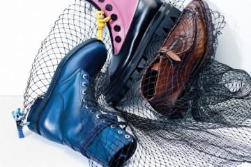 (왼쪽부터)베이식한 디자인의 파란색 스트랩 워커 부츠는 샤넬(Chanel), 버튼 장식과 핑크빛 가죽이 특징인 스케이트 부츠는 미우미우(Miu Miu), 빈티지한 느낌을 살린 투박한 브라운색 워커 부츠는 프라다(Prada), 베어브릭은 킨키 로봇(Kinki Robot).