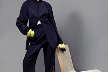 노랑 페인트를 묻혀 붓으로 그은 듯한 블랙 팬츠 수트와 구두는 메종 마르탱 마르지엘라, 골판지 의자는 프랭크 게리(at 마이분), 가발은 위나인.