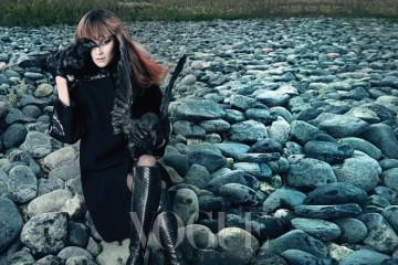 레트로 풍의 유선형 코트. 어깨와 소매의 뱀피 장식, 뱀피 부츠와 가죽 장갑이 관능미를 더한다.