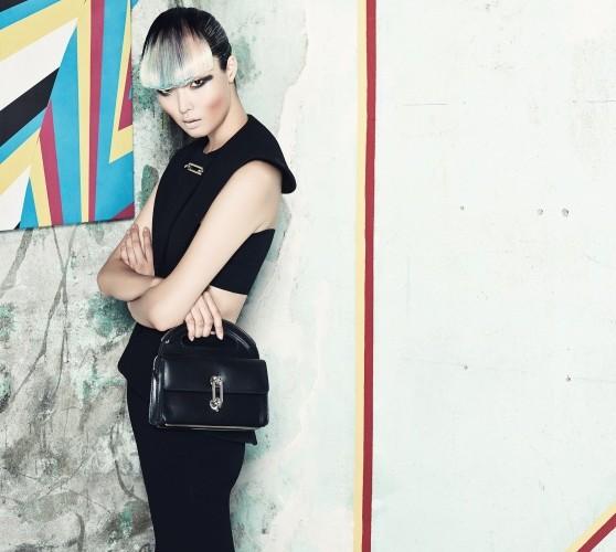 보디컨셔스 라인, 구조적인 실루엣이 어울린 컷아웃 드레스와 미니 사이즈 토트백.