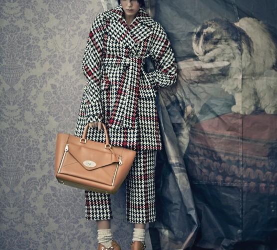 이번 시즌 엠마 힐은 브리티시 무드를 컬렉션에 가득 았다. 하운드투스 패턴의 테일러드 트와 크롭트 팬츠가 통적인 영국 느낌을 자아낸다.