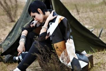 시폰 소재 브라운 컬러 프린트 셔츠, 같은 패턴의 가죽 코트, 블랙 스커트 팬츠, 옥스퍼드 슈즈 등의 매니시한 앙상블!