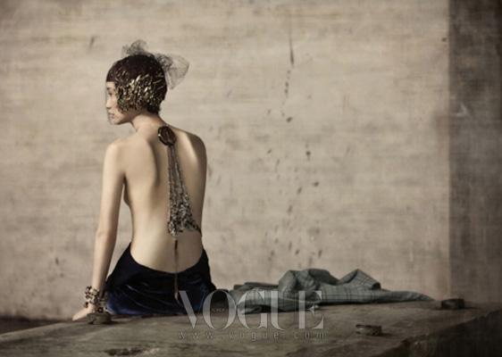 남색 벨벳 드레스는 랄프 로렌 컬렉션(Ralph Lauren Collection), 체크 패턴의 하늘색 코트는 루이 비통(Louis Vuitton), 목에서 내려와 허리에서 묶는 목걸이는 스와로브스키 엘리먼츠(Swarovski Elements), 다양한 장식의 뱅글은 샤넬(Chanel).