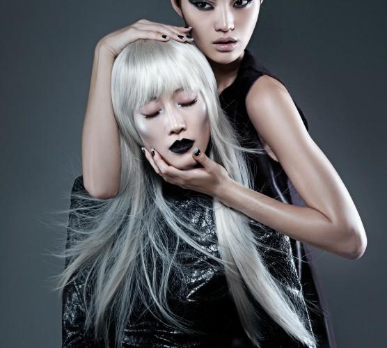 메탈릭한 가죽 원피스는 구찌(Gucci), 송치 소재 톱은 캘빈 클라인 컬렉션(Calvin Klein Collection).
