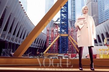 연분홍 오버사이즈 코트와 톱, 클러치와 싸이하이 부츠는 모두 셀린(Céline).