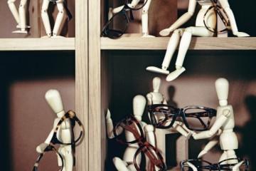 (왼쪽 위부터 시계 방향으로)동그란 레트로풍의 안경은 올리버 골드스미스(Oliver Goldsmith). 템플의 체인 장식이 특징인 안경은 샤넬(Chanel). 얇은 레오퍼드 패턴이 줄무늬처럼 보이는 안경은 개럿 라이트(Garrett Leight). 두꺼운 뿔테 안경은 린다 패로우(Linda Farrow). 얇고 날렵한 프레임의 안경은 돌체앤가바나(Dolce&Gabbana). 브랜드특유의 T 메탈 장식이 돋보이는 안경은 톰 포드(Tom Ford). 레오퍼드 프레임과 브라운색 템플이 조화를 이룬 안경은 더 로우(The Row). 노랑과 검정의 레오퍼드 패턴이 강렬한 안경은 프라다(Prada).