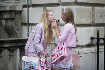 Unknown런던이라는 도시 자체가 개성이 넘치다 보니 패션위크에서 마주치는 이들도 그만큼 톡톡 튄다. 덕분에 전혀 예상치 못했던 패션 씬을 목격할 기회도 그만큼 많아지는 게 사실이다. 두 명의 '핑크 공주' 역시 서로의 화장을 고쳐주는, 패션 위크에서는 보기 드문 현장.