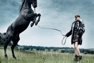 WILD HORSES 거대한 모피 코트에 가죽 바이커 부츠를 매치하길 즐겼던 코트니 러브의 모습을 상상해보라! 흑백이 어울린 모피 코트와 꽃무늬 드레스는 로베르토카발리(Roberto Cavalli), 검정 가죽 재킷은 벨스타프(Belstaff).
