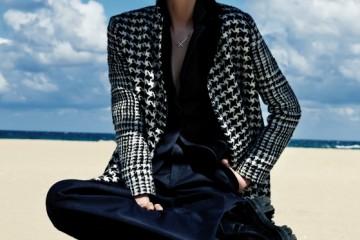 남색 테일러드 재킷과 와이드 팬츠, 하운드투스 패턴 코트는 모두 디올(Dior), 뾰족한 뿔 모티브 귀고리는 미네타니(Minetani), 십자가 목걸이는 데이드림(Daydreams), 검정 워커는 프라다(Prada).