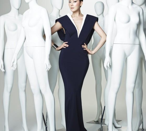 """""""최지우의 큰 키와 작은 얼굴, 길고 가는 팔다리는 패션 디자이너에게 아주 매력적인 '하드웨어'입니다."""" 정구호가 디자인한 깊은 브이넥 드레스를 입고 최지우가 모델보다 더 근사한 포즈로 카메라 앞에 섰다."""