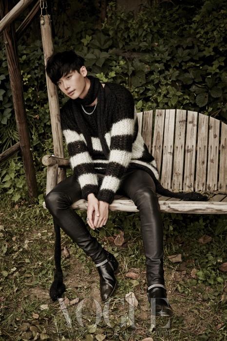 느슨하게 짠 스트라이프 패턴 스웨터와 타이트한 가죽 팬츠, 길게 늘어지는 니트 머플러와 메탈 장식 앵클부츠.