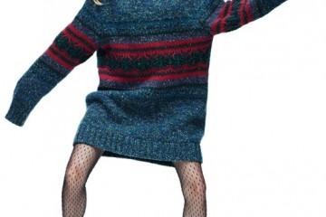 장신의 늘씬한 지젤 번천도 꼬마로 만들어버리는 캐시미어와 양모 혼방 소재의 오버사이즈 풀오버 스웨터는 샤넬(Chanel), 타이츠는 생로랑(Saint Laurent), 빈티지 가죽 부츠는 킬리와치(Kiliwatch).