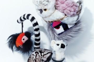 토끼털 코사지를 한데 모아 만든 연핑크색체인 백은 디올(Dior), 밍크와 여우털을 믹스해부엉이 얼굴을 만든 미니 바게트 백과 몬스터키 링은 펜디(Fendi), 레오파드 패턴의 염소털클러치 백은 크리스토퍼 케인(Christopher Kaneat Mue), 동물 인형은 한사토이(Hansa Toy).