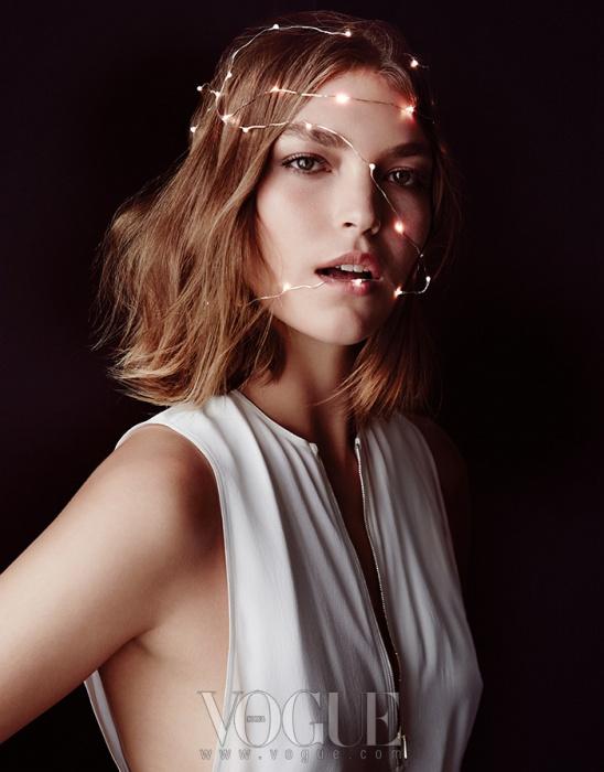 Glittery Night미니멀한 화이트 드레스는 연말 파티 차림으로도 손색이 없다. 실크 저지 소재의 지퍼 장식 슬리브리스 드레스는 캘빈 클라인 컬렉션(Calvin Klein Collection).