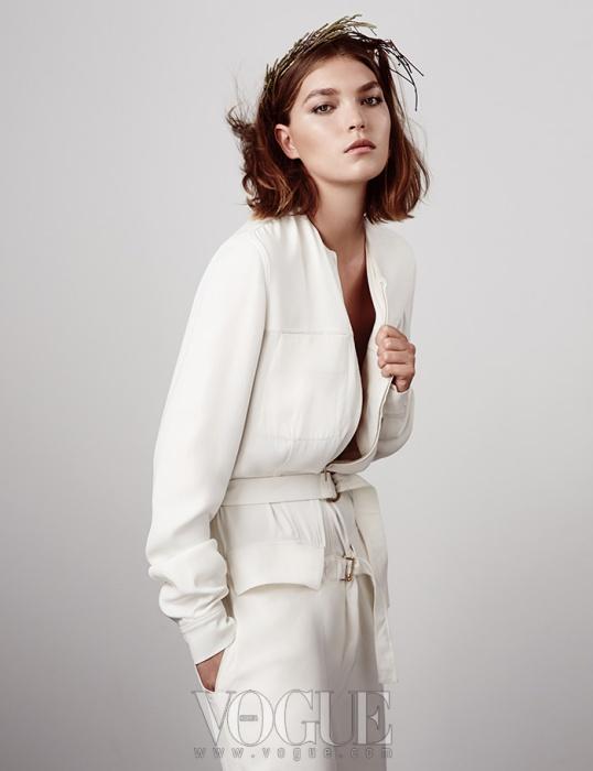 White Out 캐주얼한 봄버도 드레시한 와이드 팬츠와 매치하면 정중한 차림으로 변신한다. 하늘하늘한 실크 소재 봄버와 와이드 팬츠는 캘빈 클라인 컬렉션.