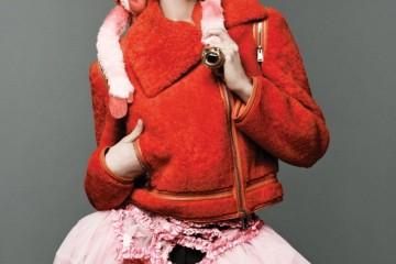 오렌지색 시어링 소재 라이더 재킷은 펜디(Fendi), 귀고리는 마리온 고다르(Marion Gadard), 스커트와 반지는 뉴욕 빈티지(New York Vintage).