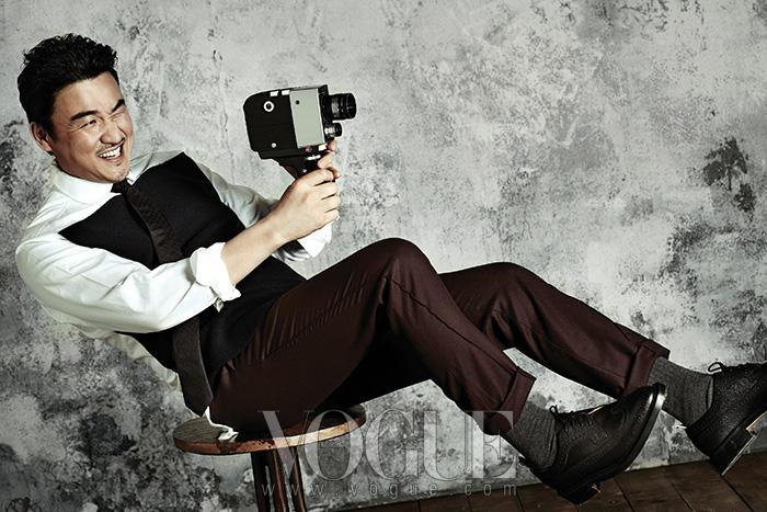 블랙 펠트 소재를 덧댄 코튼 셔츠는 브룩스 브라더스(Brooks Brothers), 팬츠는디올 옴므(Dior Homme), 슈즈는 레쥬렉션(Resurrection by Juyoung).