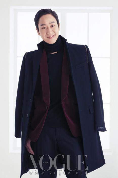 터틀넥 니트와 팬츠는 구찌(Gucci), 재킷은 휴고 보스(Hugo Boss), 어깨에 걸친 코트는 지방시(Givenchy by Riccardo Tisci).