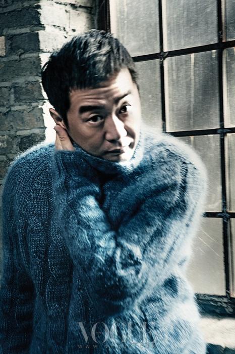 앙고라 소재 하늘색 터틀넥 니트 스웨터는 구찌(Gucci).