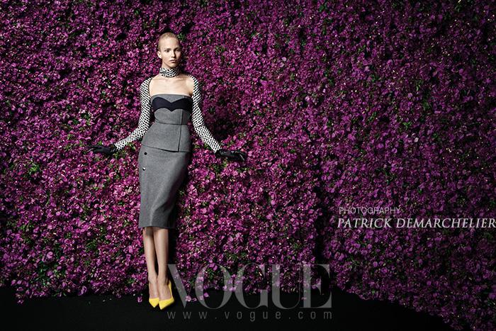 유럽 테마는 한마디로 무슈 디올의 여성상을 향한 오마주! 무슈 디올의 '바 재킷' 실루엣을 재해석한 우아한 드레스 시리즈가 눈길을 사로잡는다.