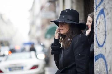 Emmanuelle Alt, Milan 2013F/W엠마누엘 알트가 착용한 메종 미셸의 페도라 챙으로 눈송이와 빗방울이 떨어지고 있다. 평소 카메라 앞에서 무뚝뚝한 그녀지만, 챙 위로 눈이 내려오자 별다른 포즈를 더하지 않아도 멋진 사진을 포착할 수 있었다.
