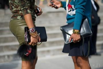 Shiona Turini, Rajni Jacques / Paris 입고 있는 룩을 따로 보면 전부 다르다. 하지만 손목에 착용한 뱅글과 가방을 가운데 놓고 스타일을 살펴 보면? 마치 데칼코마니를 을 보는 듯한 느낌!