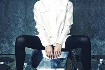 포켓 장식의 실크 셔츠는 허환 시뮬레이션(Heohwan Simulation at D,Nue), 크리스털 장식초커는 샤넬(Chanel), 펌프스는 디올(Dior). 알루미늄 소재 의자는 까레(Kare).