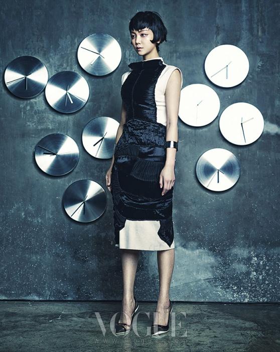 독특한 주름 장식의 울 소재 원피스는 보테가 베네타(Bottega Veneta), 가죽과 믹스된 스틸 뱅글은 누이(Neu), 펌프스는 디올(Dior).