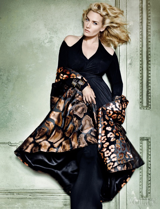 어꺠를 드러낸 저지 드레스는 도나 카란(Donna Karan), 메탈릭한 레오파드 패턴을 더한자카드 케이프는 듀로 올로우(Duro Olowu), 기하학적인 커프는 리아 고든 앤티크(LeahGordon Antiques).