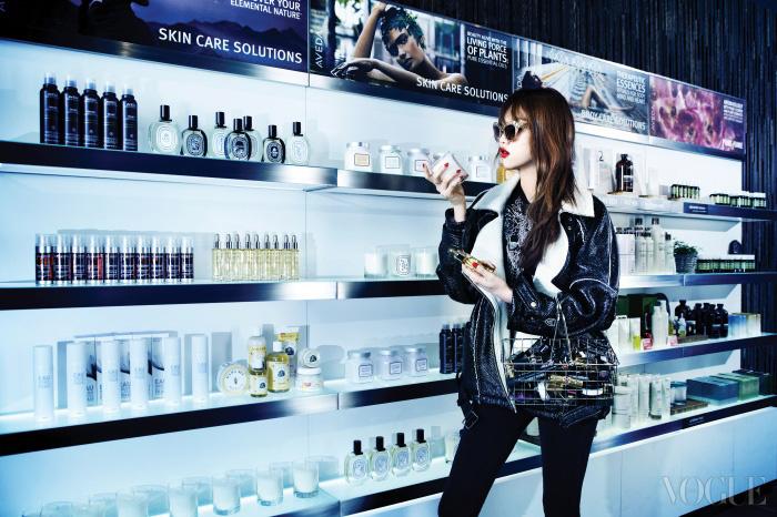 오버사이즈 라이더 재킷은 스티브앤요니(Steve J&Yoni P), 블랙 티셔츠와 팬츠는 이로(Iro), 골드 프레임 선글라스는 돌체앤가바나(Dolce&Gabbana).