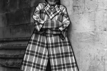 모델 에디 캠벨이 이번 시즌 최고의 트렌드, 타탄체크 차림으로 포즈를 취했다. 울과 실크 소재 코트, 깃을 세운 실크 터틀넥, 캐시미어 양면 스커트는 모두 셀린(Céline).