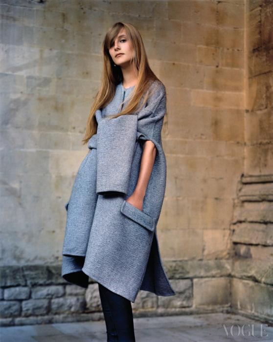 에디 캠벨의 동생 올림피아 캠벨이 소매를 묶은 듯한 디자인이 독특한 연회색 울 캐시미어 코트를 입고 포즈를 취했다.